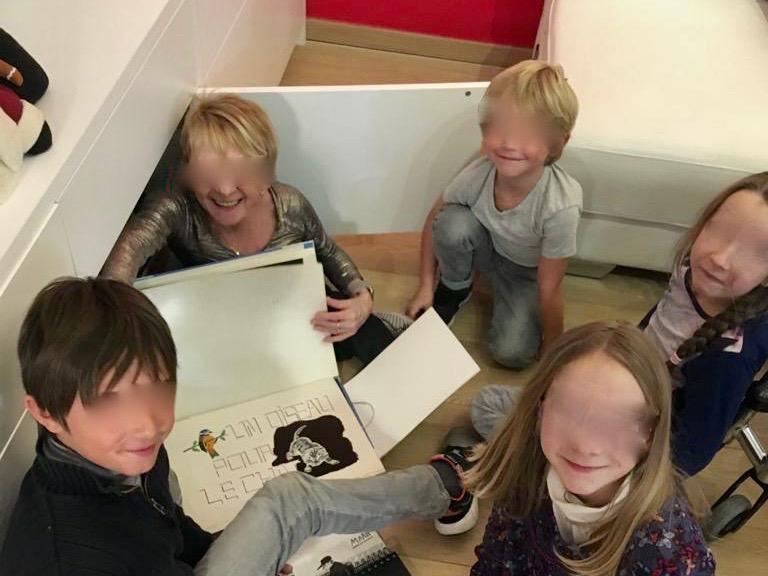 Mes petits-enfants et moi en train d'échanger nos dessins.